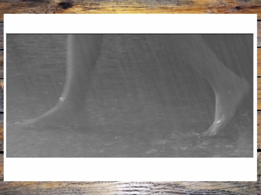 """Женские босые ножки. Кадр из фильма """"Я шагаю по Москве"""""""